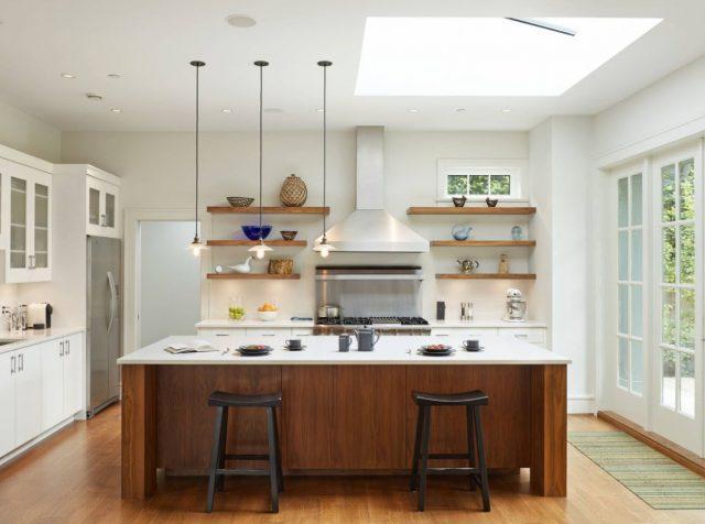 Ideas of design – Open wooden kitchen shelves on snow-white walls