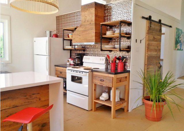 Open kitchen shelves – Metal holders and wooden shelves – Kitchen Design Ideas